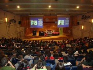 L'Aula Magna de la UAB plena de joves escoltant Aleida Guevara